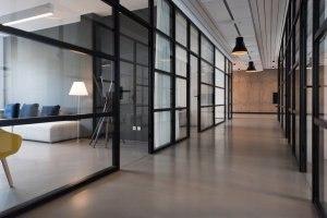 плъзгаща интериорна стъклена врата